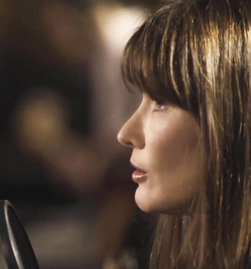 Carla Bruni de nuevo da el cante con su ultimo single 'Chez Keith Anita'