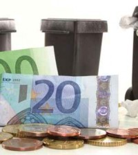 Mülltonnen und Geld vor weißem Hintergrund