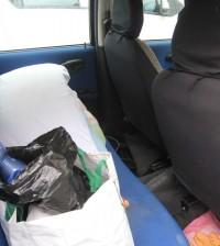 Famiglia dorme in macchina