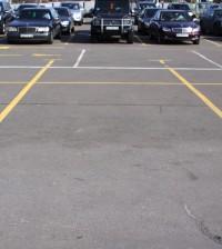 parcheggio sul marciapiede marchio giallo