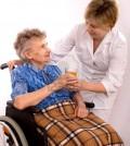 3339924-l-39-assistenza-sanitaria-dei-lavoratori-anziani-e-donna-in-sedia-a-rotelle-ha-bisogno-di-aiuto_1200