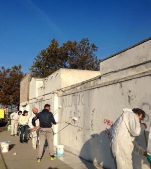 Gruppo di volontari ripulisce il muro del camposanto a for Gruppo bullone muro