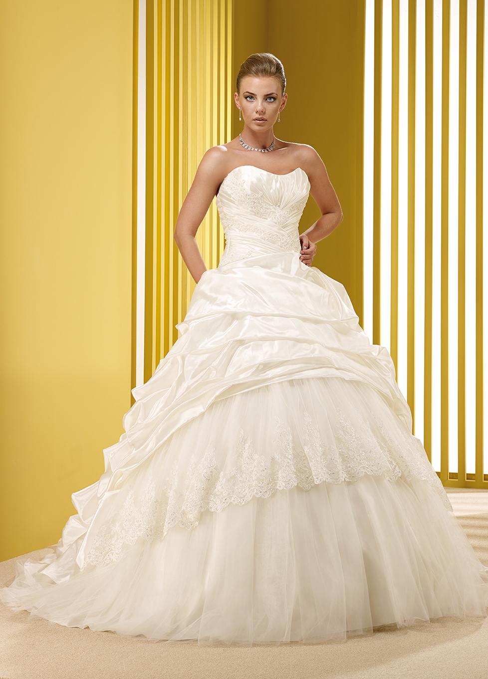 09cb2554cca5 Sposissimi  per tutto febbraio l abito da sposa a mille euro ...